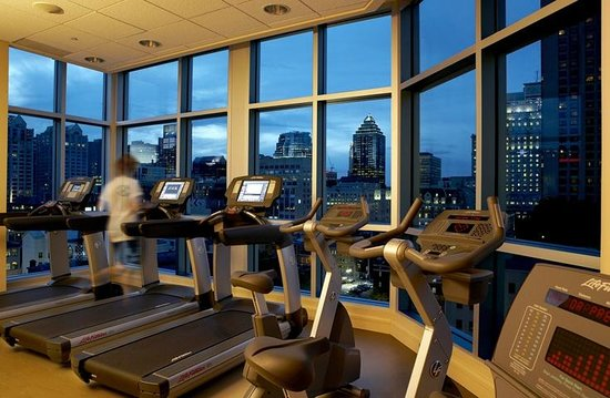 Hotel Le Crystal: Gym on 12th floor overlooking Bell Center