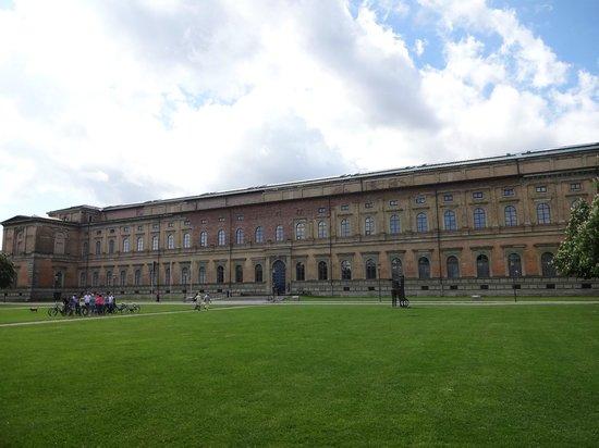 Alte Pinakothek : 外観です。芝生で寝そべることもできます