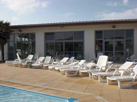 Camping L'Anse des Pins : Bains de soleil à disposition aux piscines
