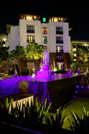 Pullman Bali Legian Beach : Pullman Legian Courtyard at Night