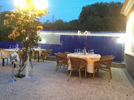 Casa da Quinta Restaurant: The charming garden (no breeze!)