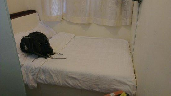 Golden Crown Guesthouse: 我訂的單人房,但有張雙人床
