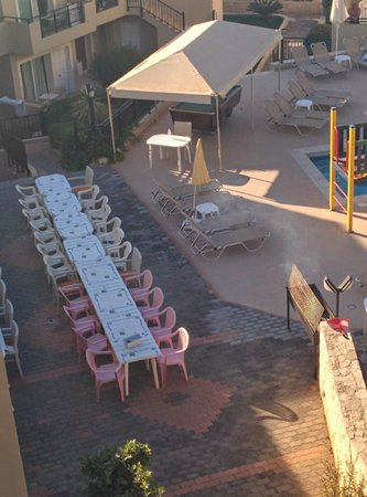 Rainbow Apartments : Tables set for the BBQ. 40 attendees!