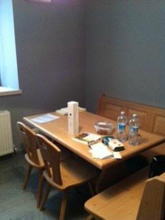 Albergo Diffuso Borgo Soandri: Panca con tavolo e vino di benvenuto!