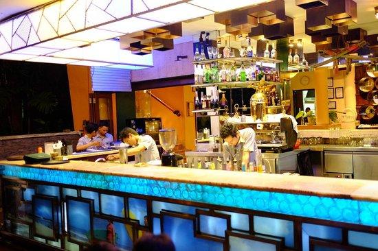 Papa's Cafe : Outdoor Bar Area