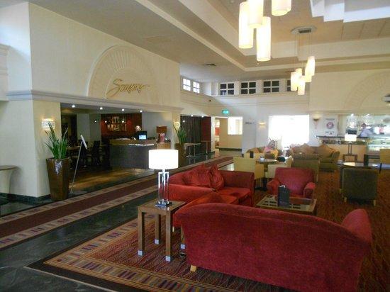 Hilton Maidstone: hall et restaurant en arrière plan