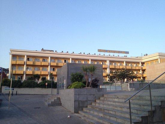 Hotel Augusta Club: Если подняться по ступенькам справа, и немного пройти прямо, то Вы попадёте в хороший, недорогой