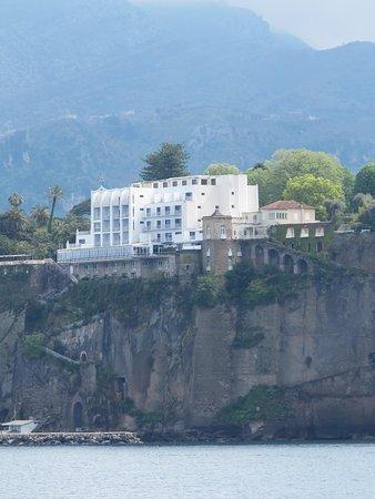 Hotel Parco dei Principi: l' hôtel depuis le port de Sorrente