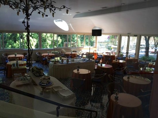 Antiche Mura Hotel: Wonderful Breakfast room, indoors and outdoors, great food!