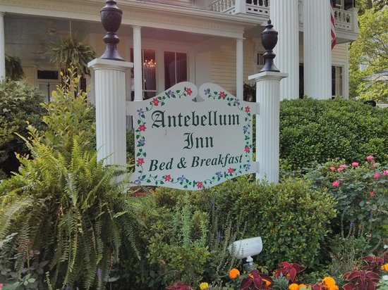 Antebellum Inn: Sign out front