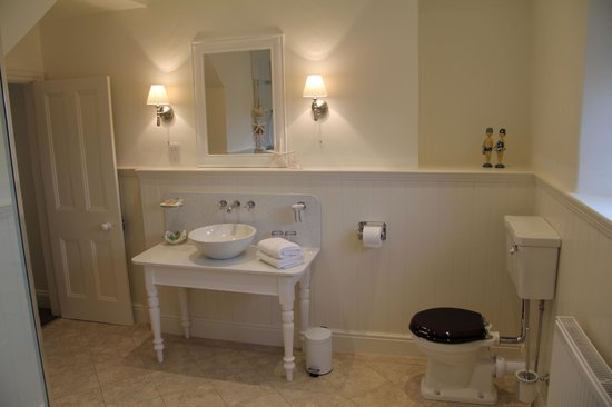 Ash Meadows Guest House: Bathroom to Room 1
