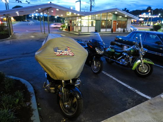 Colony House Motor Lodge: convenient parking and secure