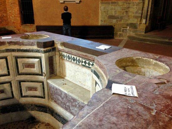 Baptistery : la vasque avec un siège permettant les baptêmes par immersion