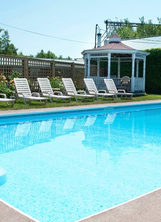Willow Bend Motel: Poolside Patio
