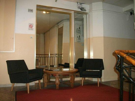 Ajoupa Apart'hotel Nice : hall devant réception
