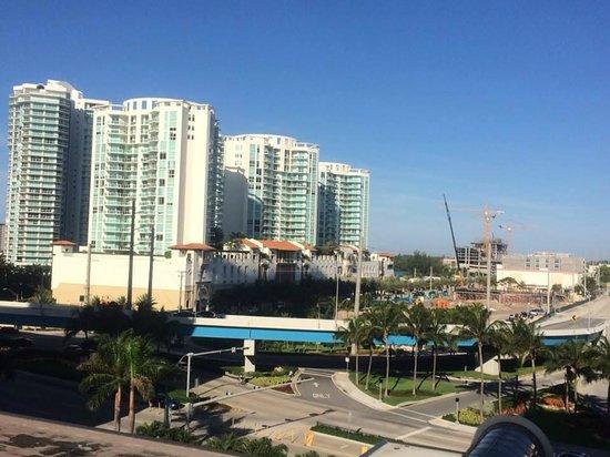 Newport Beachside Hotel and Resort : vista a la ciudad desde el cuarto.