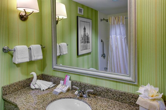 Hilton Garden Inn Wilmington Mayfaire Town Center: Well-appointed bathrooms