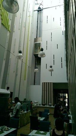 Atrium Fashion Hotel: Ascenseur qui donne sur la salle de restaurant