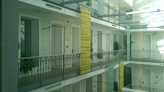 Atrium Fashion Hotel: Certaines chambres sont accessibles par balcons