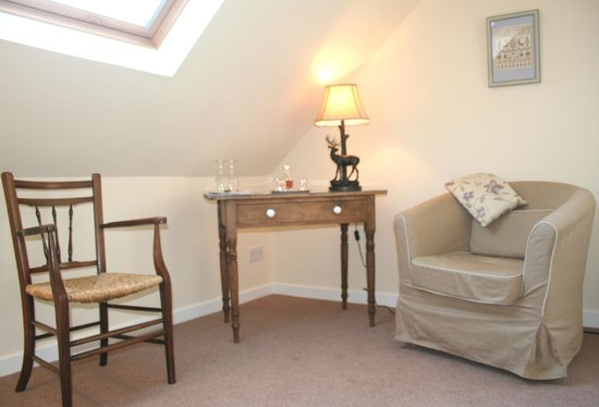 Netherfield Bed and Breakfast: Relax-complimentary drink - Cairngorm Room