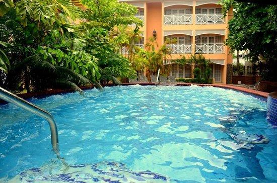Hotel Four Seasons: Pileta al lado de la barra.