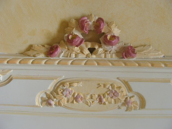 Hotel Gavarni: Carved roses on the bed