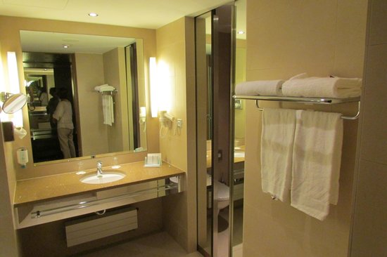 Austria Trend Hotel Savoyen Vienna: Our bathroom