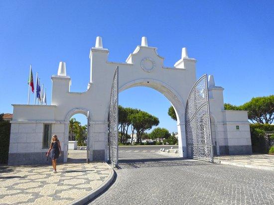 Conrad Algarve: Impressive entrance gates