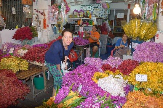 Pak Khlong Talat (Flower Market): choosing bunches of flowers. all so cheap!