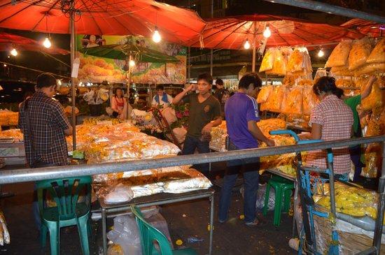 Pak Khlong Talat (Flower Market) : workers at the market