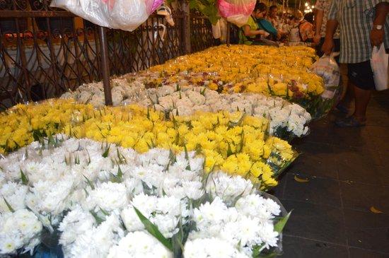 Pak Khlong Talat (Flower Market) : oceans of flowers