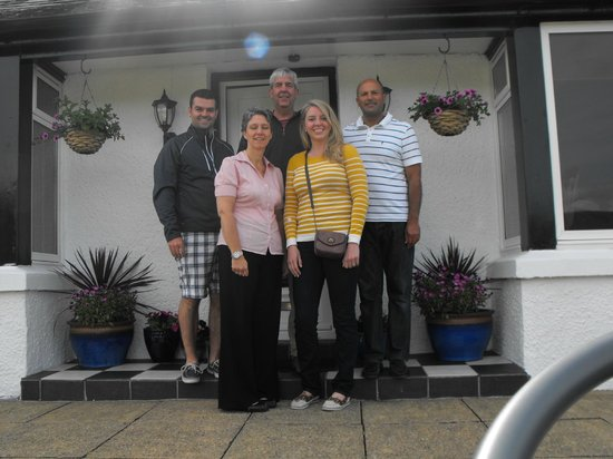 Hillview Guesthouse : Jane and Joe with all of us