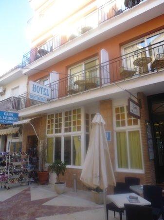 Hotel Mediterráneo Carihuela: Hotel front & Restaurant