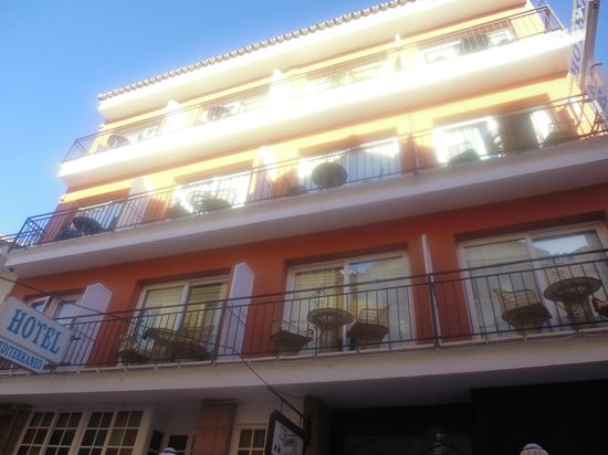Hotel Mediterraneo Carihuela: Hotel Front view looking up at balconies