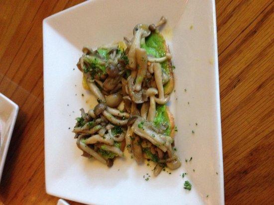 Apple Farm Inn : Mushroom Bruschetta....mmmm!