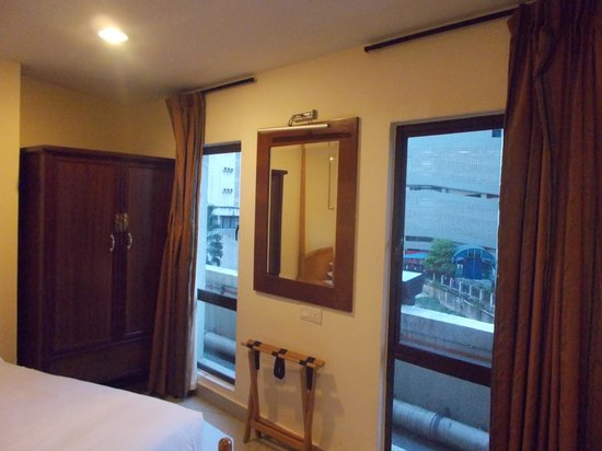 Lotus Family Hotel: Bedroom with 2 window