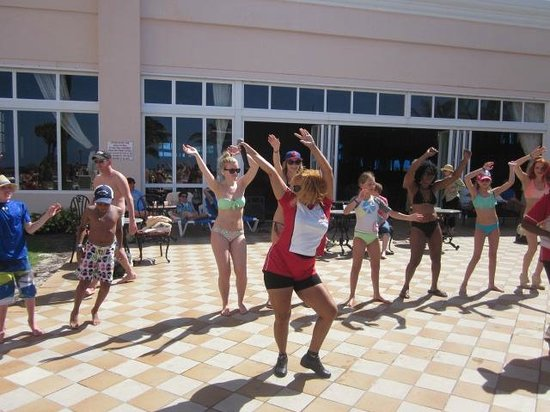 Hotel Riu Palace Paradise Island: Pool entertainment
