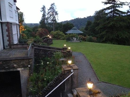 Lindeth Howe Country House Hotel: 庭(夕方)