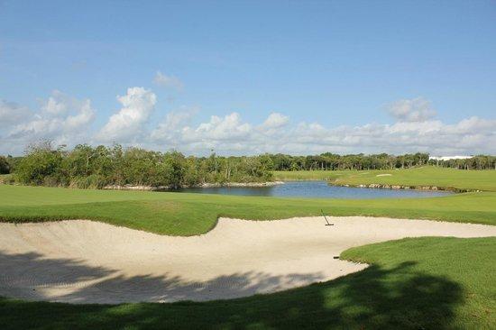 Riviera Maya Golf Club: sand trap and water
