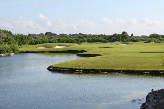 Riviera Maya Golf Club: water and sand traps