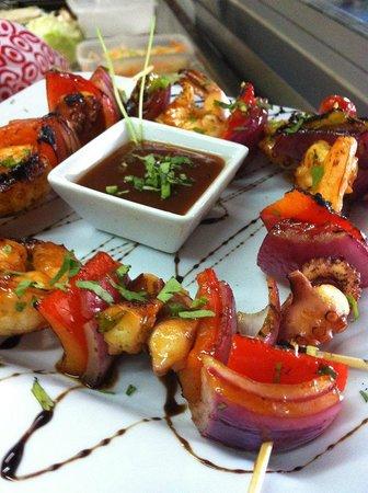 La Pesca del Dia: Deliciosas brochetas de camarón y pulpo con el increíble toque del chef