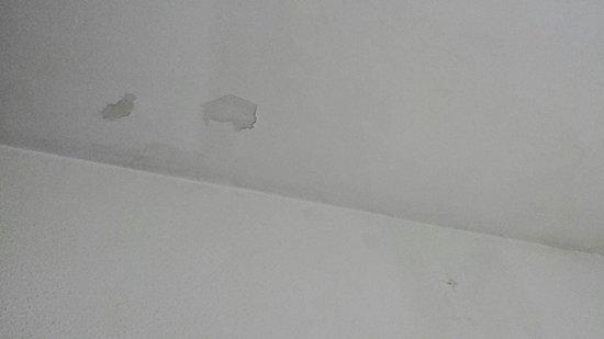 Hotel Imperial Tarraco : Humedades y desconchados en la habitación