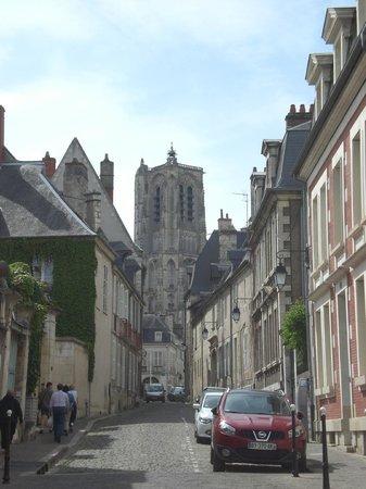 Office de Tourisme de Bourges: La cathédrale vue de la rue coursalon