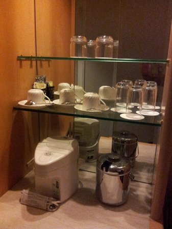 Narita Tobu Hotel Air Port: cups, glasses, container for ice and kettle for boiling water