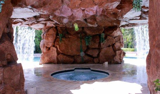 Iberostar Paraiso Beach: jacuzzi inside fake cave