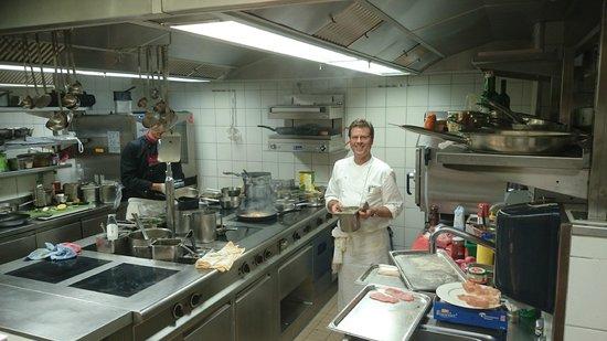 Valbella, Switzerland: Blick in die Küche, Ruedi Eberl im Element