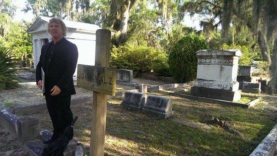 Bonaventure Cemetery Journeys w/ Shannon Scott: Shannon Scott giving a tour in Bonaventure Cemetery