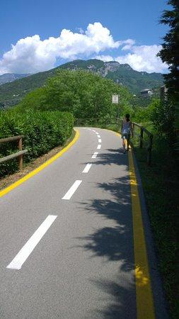 Hotel Garda - TonelliHotels: Example of excellent cycle / walkways