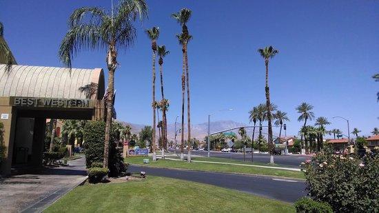 BEST WESTERN PLUS Palm Desert Resort : Highway from hotel entrance