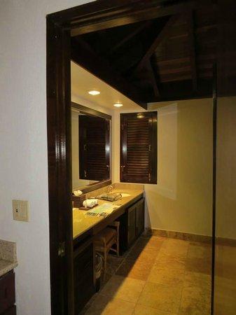 Renaissance St. Croix Carambola Beach Resort & Spa: Looking into the main bathroom area
